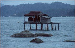 einsame Hütte auf dem Meer bei Pankor, Malaysia
