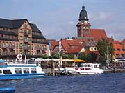 am Stadthafen von Waren in der Mecklenburgischen Seenplatte im Osten von Deutschland