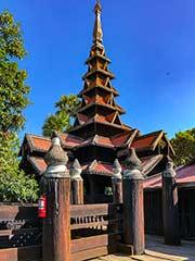 Der mehrstöckige Turm des Teakholz-Klosters von Bagaya in Ava