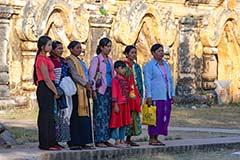 Familienfoto am Okkaung Kloster in Ava in Myanmar