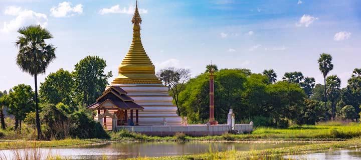 Panorama einer Pagode am Wasser bei der Königstadt Ava in Birma