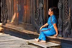 Eine Frau vor dem Bagaya Teakholz-Kloster in Ava bei Mandalay