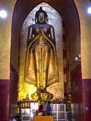 Einer der der  Buddhas im Zentrum des Ananda-Tempels in Bagan