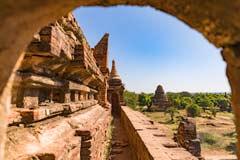 Barfuß auf einer kleinen Pagode im burmesischen Bagan