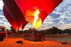 Ein Ballon wird mit Heissluft gefüllt, um über die Tempelanlage von Bagan zu fahren