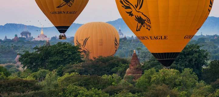 Panorama von der Ballonfahrt über Bagan in Myanmar vor Sonnenaufgang