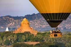 Ein Ballon vor einer Pagode der Weltkulturstätte von Bagan in Myanmar