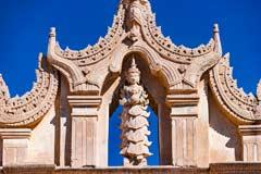 Eine Figur mit Verzierungen am Ananda-Tempel von Bagan in Myanmar
