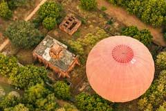 Eine Pagode und ein Ballon in Bagan gesehen von oben