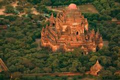 Eine große Pagodenanlage in Bagan gesehen vom Ballon aus