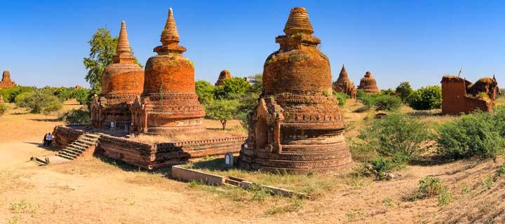 Panorama einer Ansammlung von Pagoden der Tempelanlage von Bagan in Myanmar