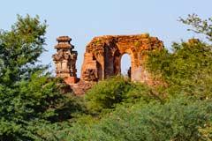 Es gibt viele Überreste von Tempeln in der Anlage von Bagan