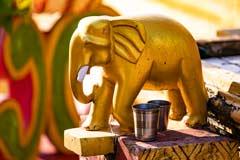 Eine der vielen goldenen Verzierungen der Pagoden in burmesischen Bago
