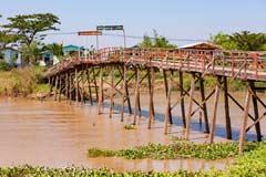 Eine imposante Holzbrücke bei Bago in Myanmar