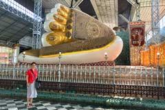 Die Füße des liegenden Shwethalyaung Buddha in Bago