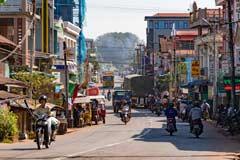 Eine Ortsdurchfahrt einer Stadt in der Nähe von Bago in Myanmar