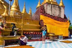 Teile der einstigen Pagode von Shwemawdaw im Zentrum von Bago in Myanmar