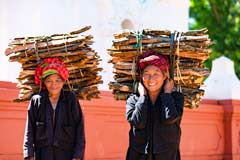 Zwei ältere Frauen sammeln Holz am Inle-See in Myanmar