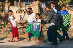 Freundliche Kinder winken uns in den Strassen von Myanmar zu