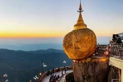 Der Golden Rock strahlt gold-glühend bei Sonnenuntergang