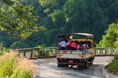 Die Fahrt mit den Transportern hoch zum Golden Rock am Mount Kyaiktiyo