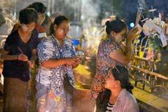 Betende Frauen am Golden Rock am Abend