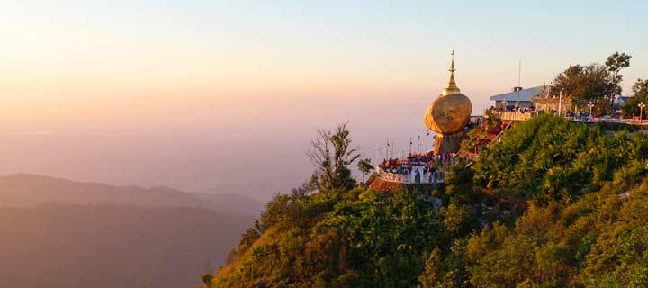 Panorama an der Kyaikhtiyo-Pagode mit dem Golden Rock in Myanmar