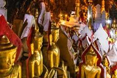 Eine Wand voller goldener Buddhas in der Kalksteinhöhle von Pindaya
