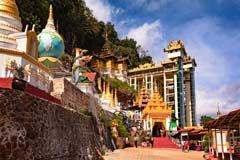 Der Eingang der Höhle von Pindaya in Myanmar