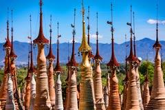 Die Hti genannten Spitzen der In-Dein-Pagoden am Inle-See in Myanmar
