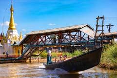 Boote, Pagoden und Fußgängerbrücken am Inle-See in Myanmar