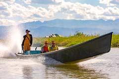 Boote mit Touristen sind Alltag am Inle-See in Myanmar