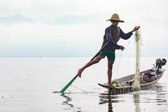 Ein Einbein-Fischer auf dem Inle-See in Myanmar