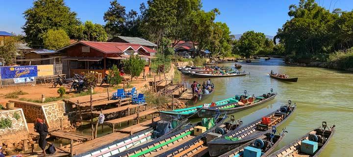 Panorama vom Treiben am In-Dein-Fluss am Inle-See in Myanmar