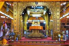 Die goldenen Heiligtümer in der Phaung Daw U Pagode am Inle-See in Myanmar