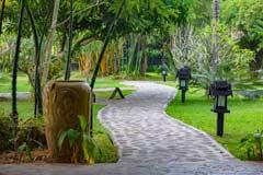 Wege durch den grünen Garten des Inle Princess Resorts am Inle-See