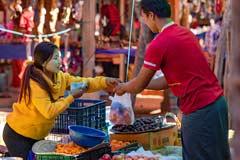 Auf dem lokalen Frischmarkt in In-Dein am Inle-See in Burma