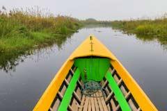 Bootsfahrt durch die Kanäle des Inle-Sees am Morgen bei Nebel