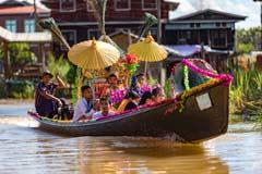 Ein Novizenfest auf dem Boot am Inle-See in Myanmar