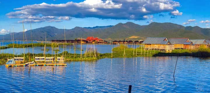 Panorama mit Häusern am Inle-See in Myanmar mit Bergen im Hintergrund