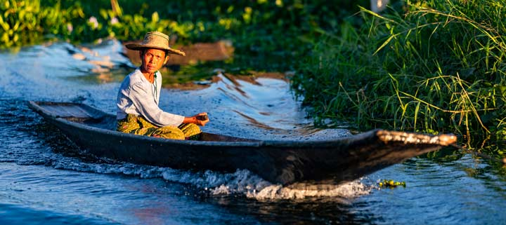 Panorama einer Frau im Boot am In-Dein-Fluss am Inle-See in Myanmar