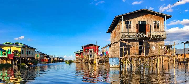 Panorama mit Häusern auf Stelzen am In-Dein-Fluss am Inle-See in Myanmar