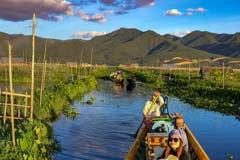 Boote in einem Kanal bei den schwimmenden Gärten am Inle-See in Myanmar