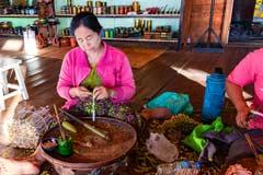 Eine Frau beim Zigarren drehen in der Cheeroot-Zigarrenmanufaktur am Inle-See in Myanmar