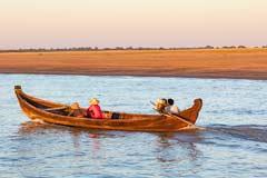 Eine Familie fährt mit dem Boot auf dem Fluß Irrawaddy