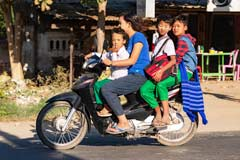 Das Mofa ist in Myanmar das Familienfahrzeug