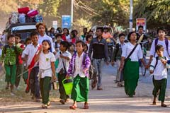 Viele Kinder kommen aus einer Schule nahe Mandalay in Myanmar