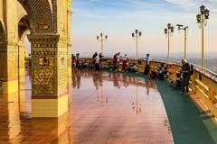 Die Promenade um die Sutaungpyei-Pagode am Mandalay Hill in Myanmar