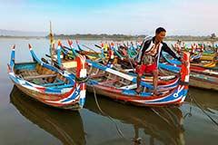 Boote für Touristen an der U-Bein-Brücke bei Mandalay