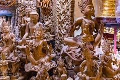 Buddhistische Holzfiguren in einem Pagoden-Shop in Mandalay